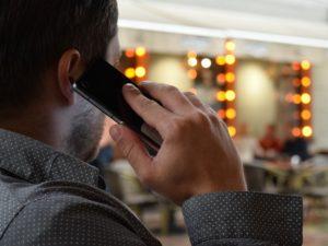 man-talking-on-the-phone-1582238_640